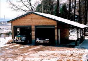下屋根付きで3台収納可能なガレージ