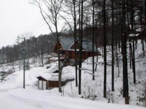湖を見下ろすログハウス。雪の吹き込みの心配も解消!