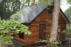 野尻湖高原の静寂な森林の中にたたずむ山荘が完成